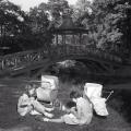To piger med dukker og vogne i Frederiksberg Have i tidlige 1950er