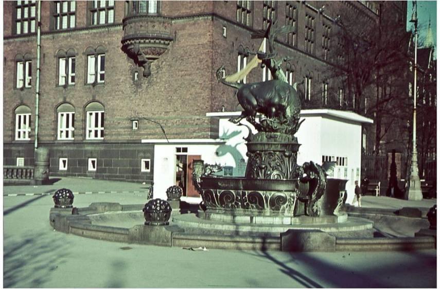 Dragespringvand Rådhuspladsen under besættelsen. Tysk flyinstruktør Josef Rotty 1941