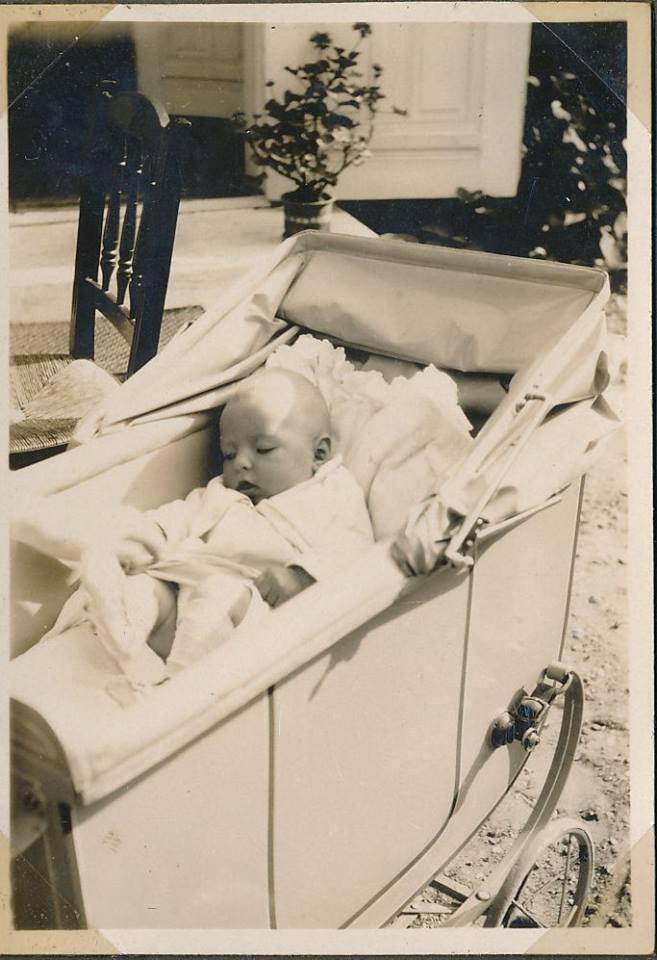 Dorthe Lohmanns mor i lækker barnevogn fra 1929