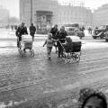 Vinterdag på rådhuspladsen og to skønnebarnevogne