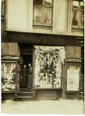 The shop in Nansensgade where my grandmother Asta is at the right and the younger girl to the left