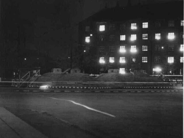 Toftegårds Plads 4. maj 1945 om aftenen man har lys i vinduerne beskyttelses bunkerne på pladsen Valby Lokalarkiv