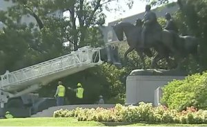 Dallas removes statue of Robert E. Lee from city park