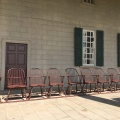 Chairs from the time of George Washington waiting for guests at Mount Vermont terrasseportio