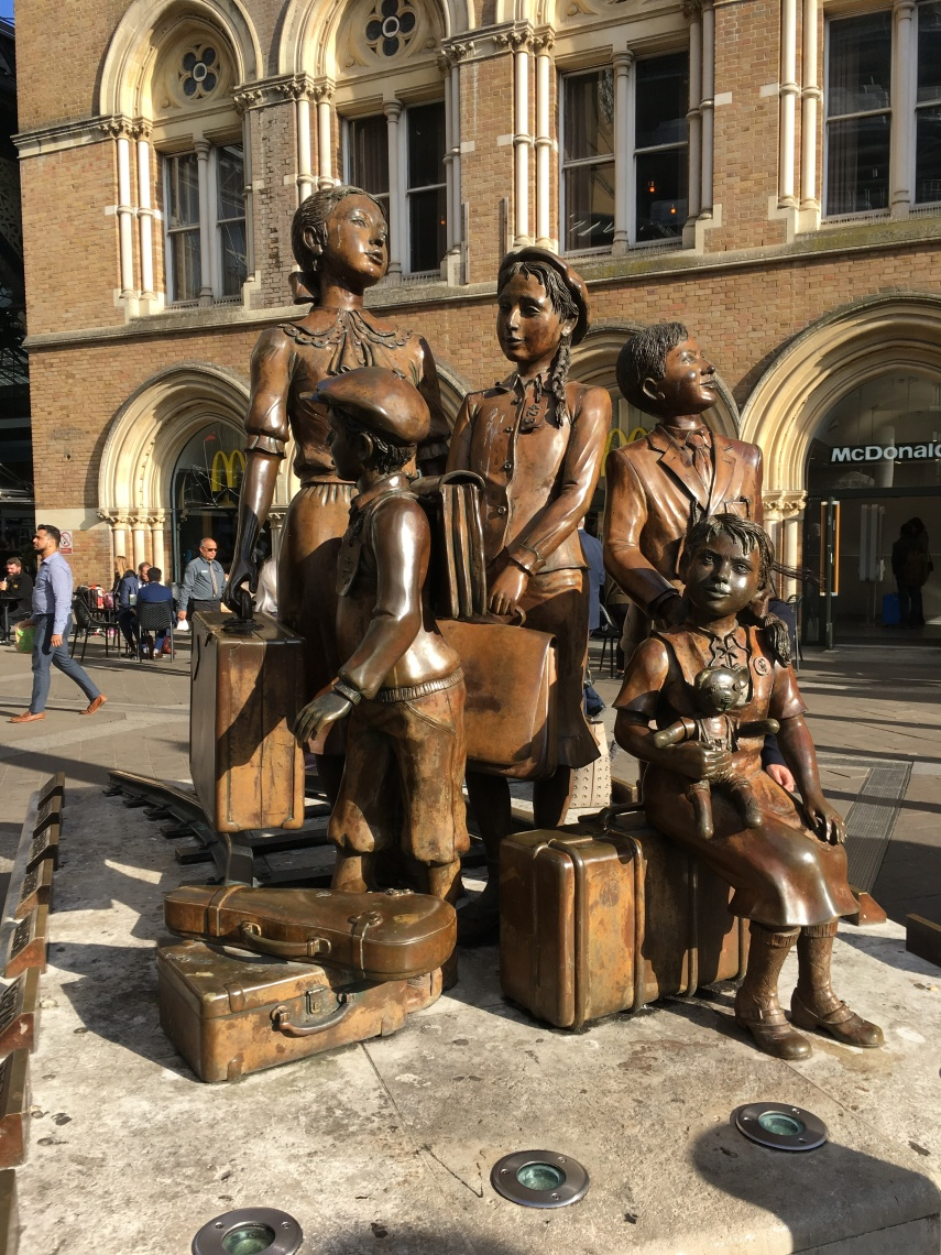 A memorial group of Jewish children arrive at the Liverpool Street Station by Frank Meisler (1925-2018)