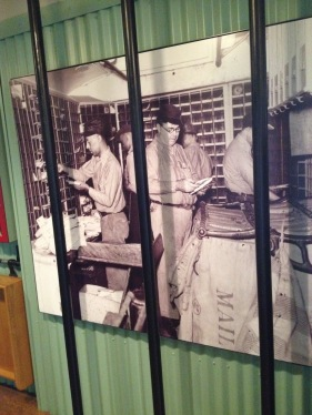 The exhibition shows how the postal workers sorted the mail in a small cabin.
